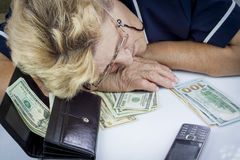 Συνταξιούχος και χρήματα Στοκ φωτογραφία με δικαίωμα ελεύθερης χρήσης
