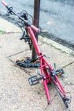 Συνταξιούχος παλαίμαχος πόλεων - ποδήλατο που αλυσοδένεται σε έναν πόλο ανίκανο Στοκ Φωτογραφία