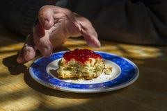 Συνταξιούχος που φθάνει για το scone και τη μαρμελάδα Στοκ Εικόνες