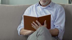 Συνταξιούχο άτομο που βγάζει φύλλα μέσω του σημειωματάριου, που ελέγχει τα σχέδια αποχώρησης, ελεύθερος χρόνος απόθεμα βίντεο