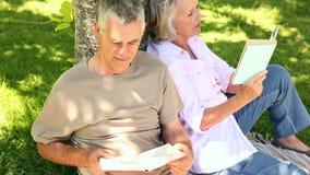 Συνταξιούχο ζεύγος που κλίνει ενάντια στην ανάγνωση δέντρων φιλμ μικρού μήκους
