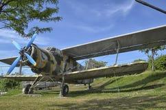 Συνταξιούχο Antonov ένας-2 στρατιωτικό αεροπλάνο που καλύπτεται Στοκ Εικόνες