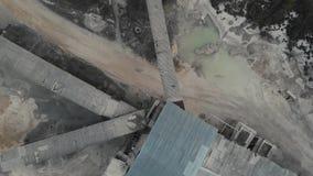 Συντετριμμένη μηχανή πετρών βράχου πέτρινων θραυστήρων στη μεταλλεία ανοικτών κοιλωμάτων και εργοστάσιο επεξεργασίας για τη συντρ απόθεμα βίντεο