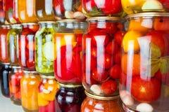 Συντηρημένα λαχανικά και συστατικά τροφίμων που τίθενται σε μια σειρά Στοκ Φωτογραφία