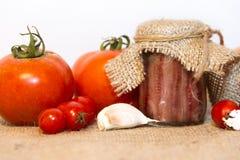 Συντηρημένες αντσούγιες με τις ντομάτες και το σκόρδο Στοκ Εικόνα