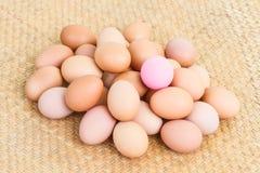 Συντηρημένο ροζ αυγό στα φρέσκα αυγά Στοκ Φωτογραφίες