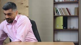 Συντηρητικός συντάκτης που σταματά τη δακτυλογράφηση στο lap-top, που παίρνει έξω την παλαιά γραφομηχανή φιλμ μικρού μήκους