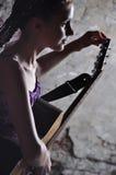 Συντονίζοντας κιθάρα παιδιών Στοκ Φωτογραφία