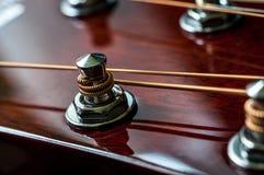 Συντονίζοντας μηχανισμοί της ακουστικής κιθάρας Στοκ Εικόνα