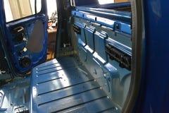 Συντονισμός του αυτοκινήτου σε ένα σώμα ανοιχτών φορτηγών με τρία στρώματα της μόνωσης θορύβου Στοκ Εικόνες