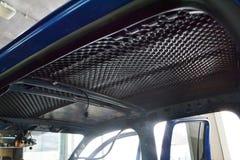 Συντονισμός του αυτοκινήτου σε ένα σώμα ανοιχτών φορτηγών με τρία στρώματα της μόνωσης θορύβου Στοκ φωτογραφίες με δικαίωμα ελεύθερης χρήσης