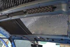Συντονισμός του αυτοκινήτου σε ένα σώμα ανοιχτών φορτηγών με τρία στρώματα της μόνωσης θορύβου Στοκ φωτογραφία με δικαίωμα ελεύθερης χρήσης
