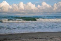 συντρίβοντας κύματα ακτών Στοκ φωτογραφίες με δικαίωμα ελεύθερης χρήσης