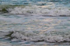 συντρίβοντας κύματα ακτών Στοκ Εικόνα