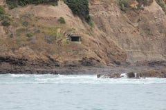 συντρίβοντας κύματα βράχω&nu Στοκ εικόνες με δικαίωμα ελεύθερης χρήσης