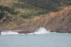συντρίβοντας κύματα βράχω&nu Στοκ Φωτογραφία