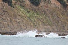 συντρίβοντας κύματα βράχω&nu Στοκ Φωτογραφίες