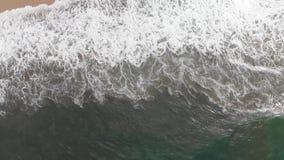 συντρίβοντας κύματα παραλιών απόθεμα βίντεο