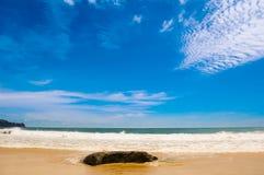 Συντρίβοντας κύματα στην παραλία σε Phuket, Ταϊλάνδη στοκ εικόνες
