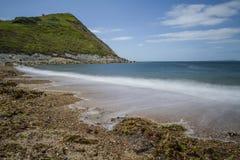 Συντρίβοντας κύματα στην παραλία βοτσάλων Στοκ Εικόνες