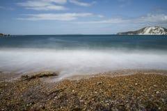 Συντρίβοντας κύματα στην παραλία βοτσάλων Στοκ εικόνα με δικαίωμα ελεύθερης χρήσης