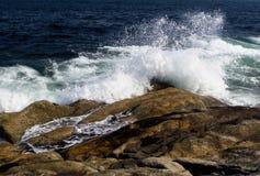 Συντρίβοντας κύματα στον ηφαιστειακό βράχο Στοκ εικόνα με δικαίωμα ελεύθερης χρήσης