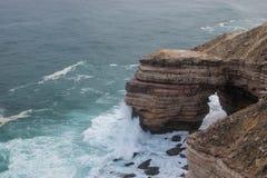 Συντρίβοντας κύματα στους απότομους βράχους στοκ φωτογραφία με δικαίωμα ελεύθερης χρήσης