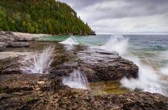 Συντρίβοντας κύματα Flowerpot στο νησί, Tobermory στοκ φωτογραφία