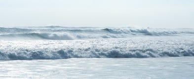 Συντρίβοντας παραλία Μπαλί Ινδονησία kuta κυμάτων στοκ φωτογραφία με δικαίωμα ελεύθερης χρήσης