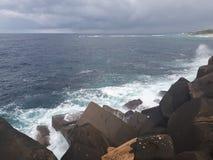 συντρίβοντας ωκεάνια κύματα βράχων Στοκ Φωτογραφίες