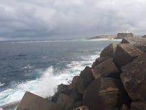 συντρίβοντας ωκεάνια κύματα βράχων Στοκ Φωτογραφία