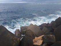 συντρίβοντας ωκεάνια κύματα βράχων Στοκ Εικόνα