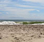 Συντρίβοντας ωκεάνια κύματα σε μια αμμώδη παραλία Στοκ εικόνες με δικαίωμα ελεύθερης χρήσης