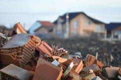 Συντρίμμια ερειπίων τούβλου που εγκαταλείπονται στη φύση Στοκ φωτογραφία με δικαίωμα ελεύθερης χρήσης