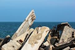Συντρίμμια κατασκευής - ενισχυμένο σκουριασμένο armature τσιμεντένιων ογκόλιθων Στοκ Εικόνες