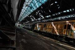 Συντρίμμια τραίνων σε μια εγκαταλειμμένη αποθήκη εμπορευμάτων Στοκ Εικόνες