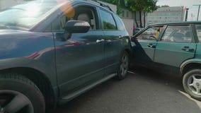 Συντριβή δύο αυτοκίνητα Μπλε και πράσινος φιλμ μικρού μήκους