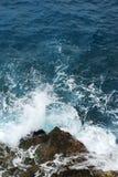 συντριβή επάνω στα κύματα βράχων Στοκ Εικόνες
