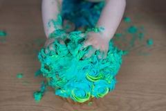 Συντριβή κέικ, χέρια παιδιών ` s που αρπάζει στο κέικ Στοκ φωτογραφίες με δικαίωμα ελεύθερης χρήσης