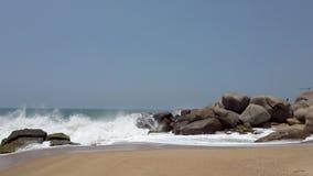 Συντριβή κυμάτων ενάντια στην παραλία και τους βράχους 3 απόθεμα βίντεο