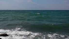 Συντριβή κυμάτων θάλασσας σε έναν βράχο απόθεμα βίντεο