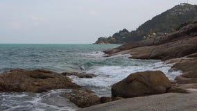 Συντριβή κυμάτων των βράχων Koh παλληκαριών Samui στην άποψη φιλμ μικρού μήκους