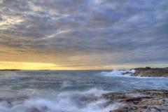 συντριβή πέρα από τα κύματα βράχων Στοκ Εικόνες