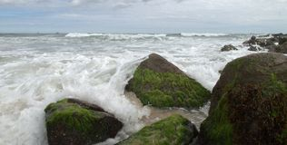 συντριβή πέρα από τα κύματα β&rho Στοκ Φωτογραφίες