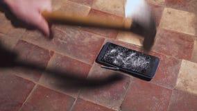 Συντριβή σφυριών που χτυπά ένα smartphone, σπασμένος σε αργή κίνηση γρήγορος γυαλιού οθόνης αφής Τεμάχια Shards απόθεμα βίντεο