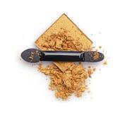 Συντριμμένα χρυσά σκιά ματιών και applicator Στοκ εικόνα με δικαίωμα ελεύθερης χρήσης