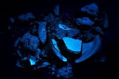 Συντριμμένη σκούρο μπλε σκιά ματιών που απομονώνεται στο μαύρο υπόβαθρο 6ος Στοκ Εικόνες