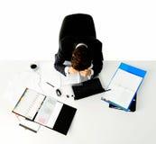 Συντριμμένος εργαζόμενος στο γραφείο του Στοκ εικόνα με δικαίωμα ελεύθερης χρήσης