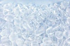 Συντριμμένος πάγος μπροστά από το άσπρο υπόβαθρο στοκ εικόνες με δικαίωμα ελεύθερης χρήσης