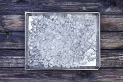 Συντριμμένος πάγος στο δίσκο στο ξύλινο υπόβαθρο Διαστημική, τοπ άποψη αντιγράφων στοκ εικόνα με δικαίωμα ελεύθερης χρήσης